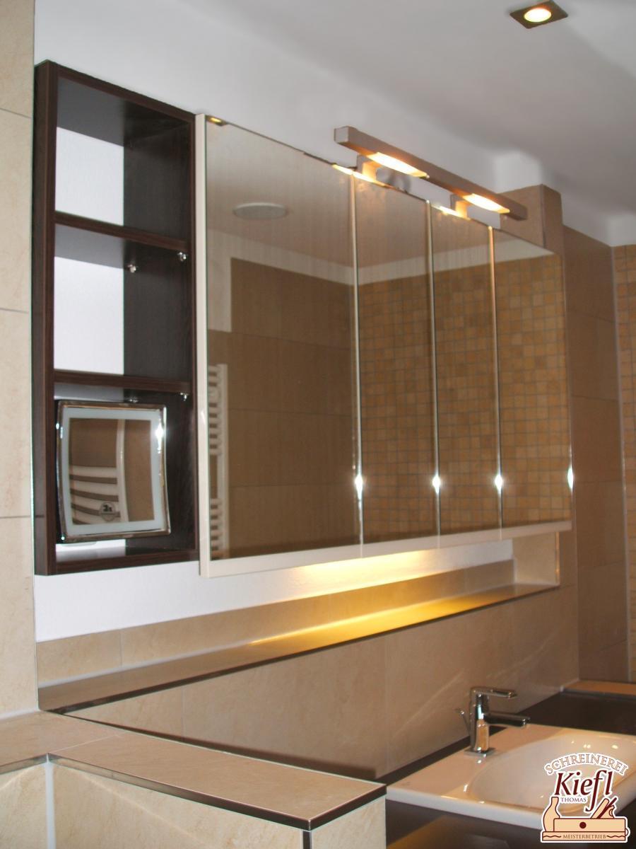 4-türiger Spiegelschrank mit Beleuchtung