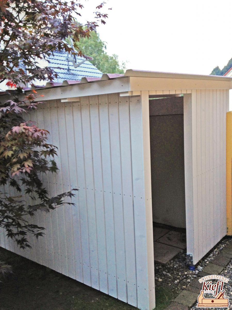 Holzlager als Anbau an eine Garage