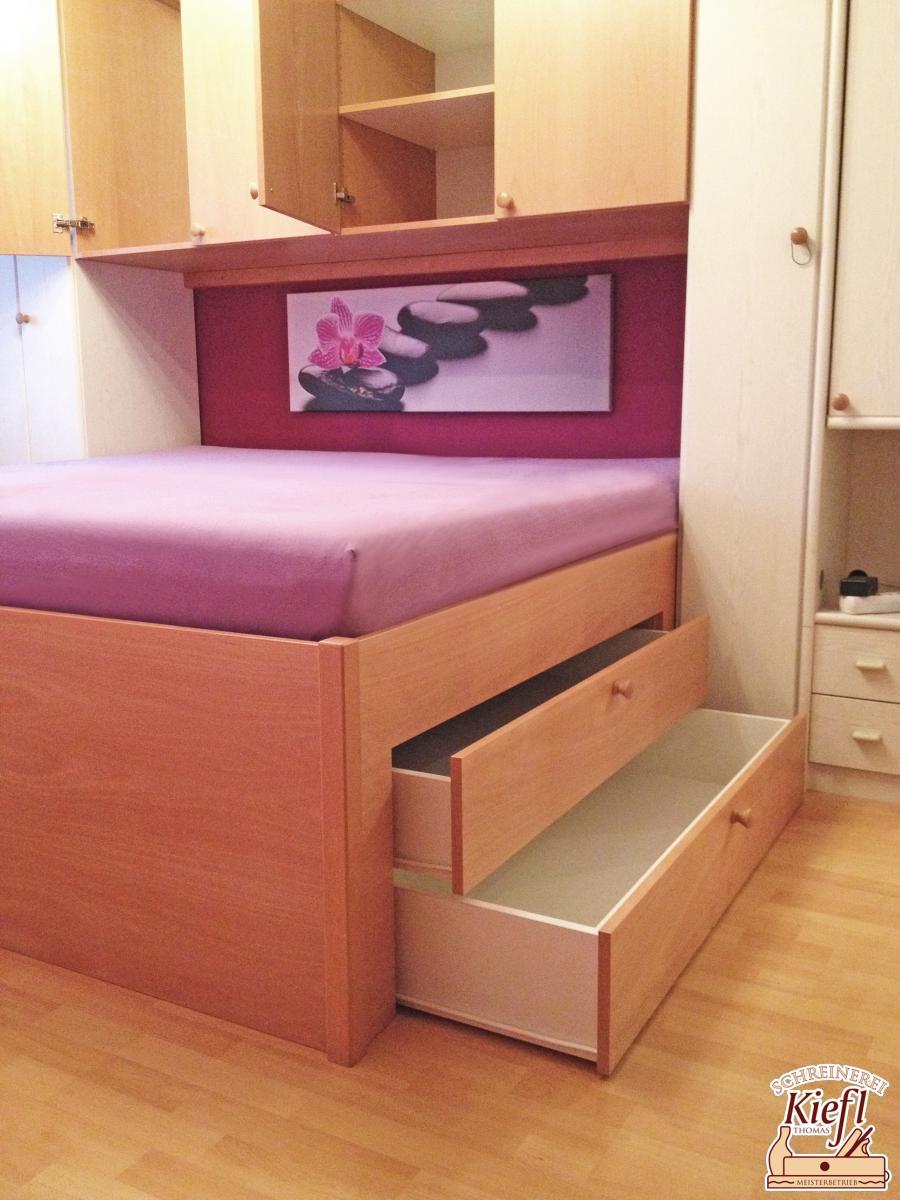 Doppelbett mit Überbau und integrierten Schubladen